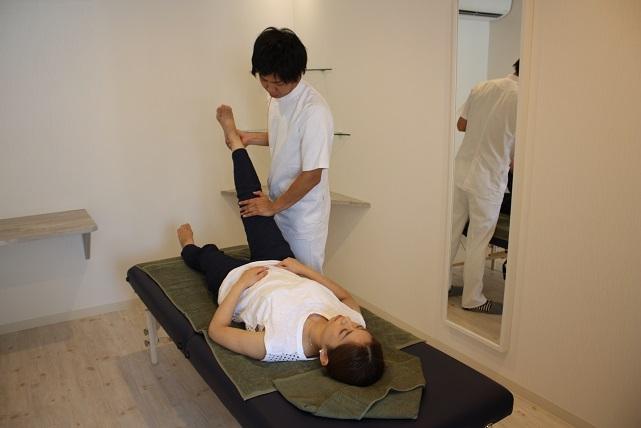脚のO脚・X脚を矯正します。O脚やX脚になる原因の多くは関節の変形などではなく、 筋肉のバランスや股関節の歪みなど、日常生活が原因のものです。